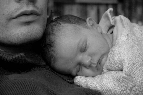 le nouveau-né présente des besoins de contact importants